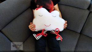 Duża poduszka dekoracyjna dla dzieci w kształcie Chmurki z nóżkami